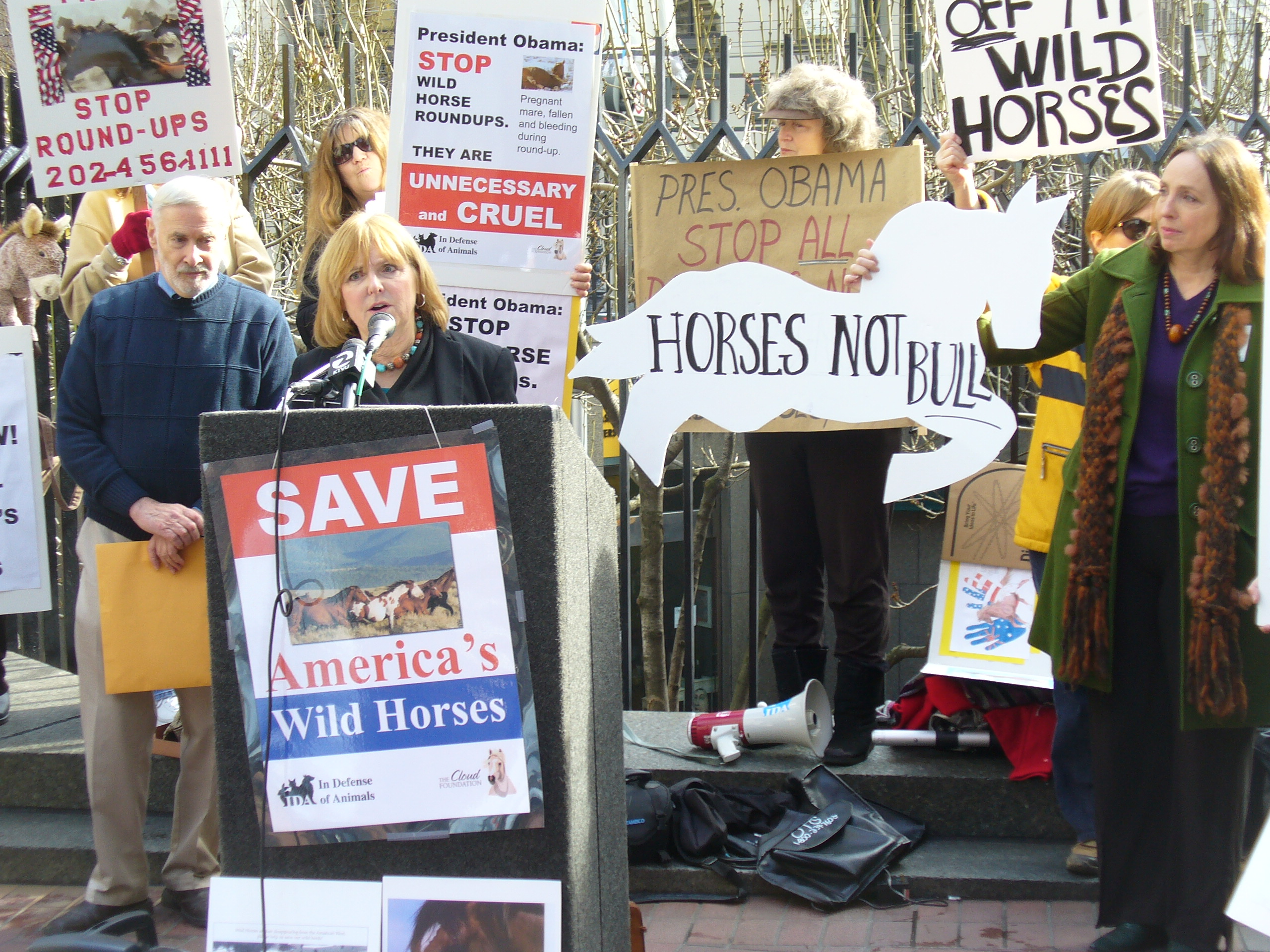 Terri Farley speaks at the Rally to Stop the Roundups (Photo © Anne Novak.)